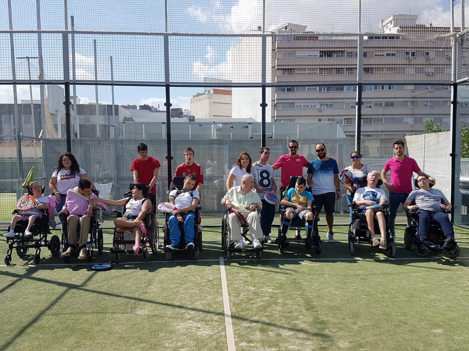 Los usuarios del Centro de Día juegan al pádel en SantaGadea Sport