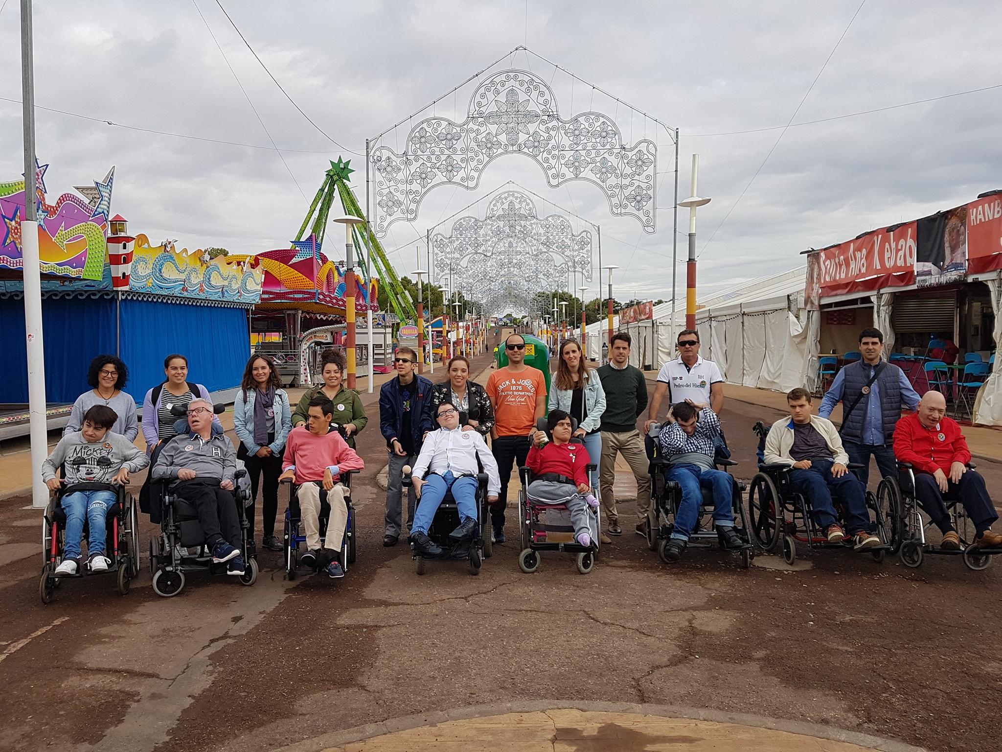 Los usuarios del Centro de Día se divierten en la feria de San Lucas