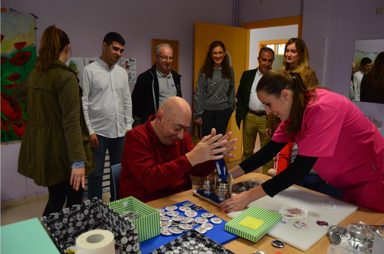 Eva Pérez, María José Lara y Vicente de la Casa (Grupo Avanza) conocen el nuevo Taller de serigrafía e impresión