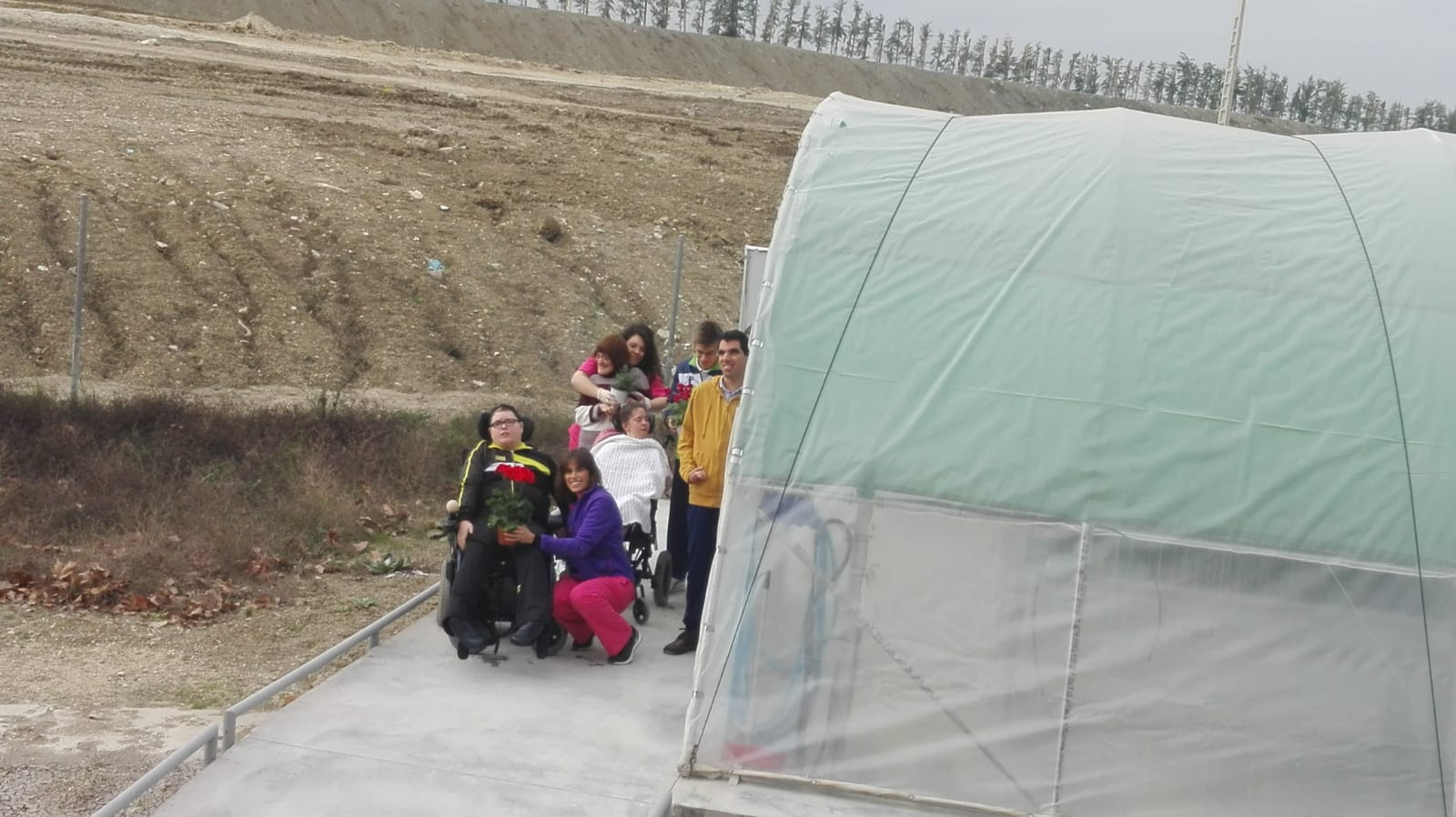 Los usuarios del Centro de Día se familiarizan con el invernadero de Aspace Jaén