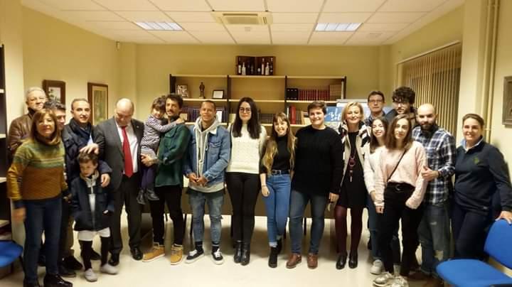 Alumnado de Educación Primaria de la UJA hace entrega a ASPACE Jaén de una máquina de serigrafía obtenida con su reto en la Carrera de San Antón